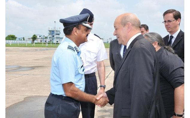 Minister Le Drian being welcomed at Air Force Station Gwalior by Air Marshal R. Rai, Senior Air Staff Officer, Central Air Command.