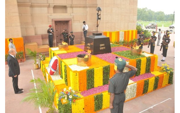 "Mr Jean-Yves Le Drian, French Minister of Defence laying a wreath at the ""Amar Jawan Jyoti"""