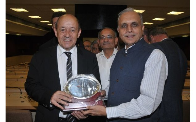Director General of IDSA, Mr Arvind Gupta gives memento to French Minister